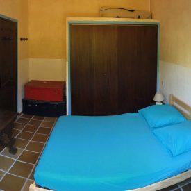 Chambre 1 - Chambre double côté entrée avec placards de rangement lit en 140