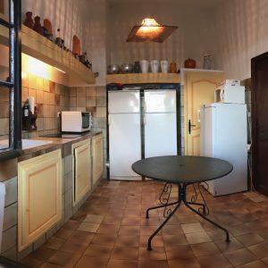 Cuisine équipée avec 2 réfrigérateurs, 1 congélateur, 1 machine à laver, 1 machine a café, 1 plaque a induction avec tous les ustensiles pour cuisiner pour 14 personnes, 1 four, 1 micro-ondes, robots de cuisine...