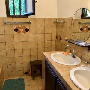 Salle de bain, 2 vasques avec une douche et sèche-serviettes